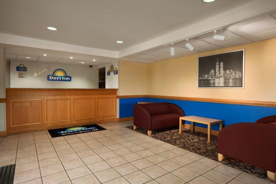 Days Inn Wilmington: Lobby Area