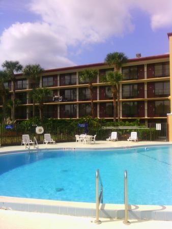 Days Inn Orlando Convention Center/International Drive: Pool and hotel