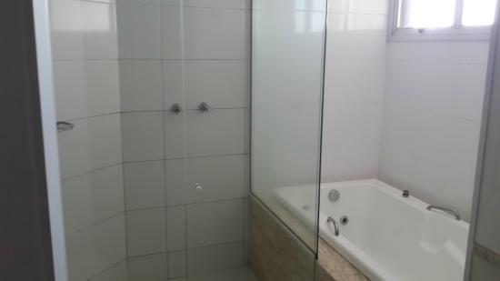Banheiro com banheira e chuveiro  Foto de Hotel Caiuá, Umuarama  TripAdvisor -> Banheiro Com Banheira E Dois Chuveiros