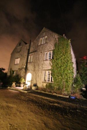 Claridges Farmhouse: Night shot of the farmhouse
