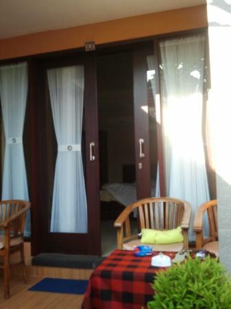 Kesumasari Beach Cottages: Nieuwe kamer, ingang.