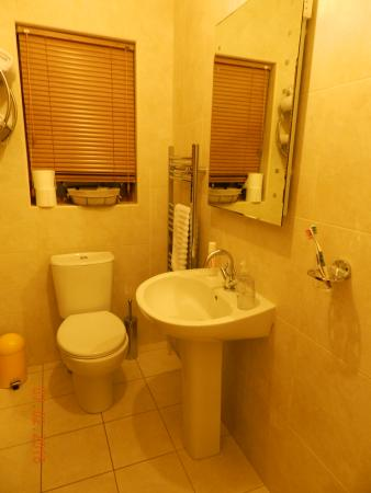 Dunhill Cottage: Spotless bathroom