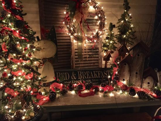 Piney Hill Bed & Breakfast: Friendly greetings on the porch