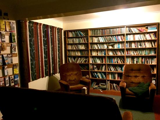 Whangarei Falls Holiday Park & BBH Backpackers: Lots of books and comfy spot to wifi