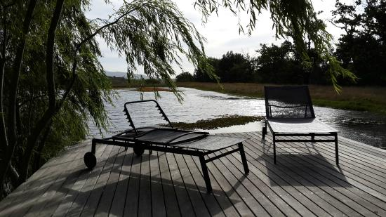 Laibach Vineyards Lodge: deck at pool overlooking dam