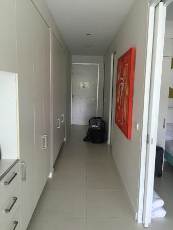 Pool Resort Port Douglas: Hallway - Lounge looking back to the front door