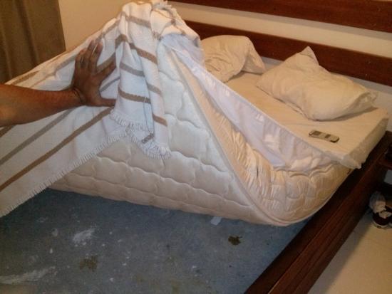 La cama no es una cama sino un bloque de cemento con colchon arriba malisimo picture of - Como hacer una cama de hotel ...