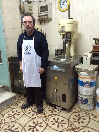 Il titolare del bar Turismo di Polignano nel suo laboratorio di gelati artigianali