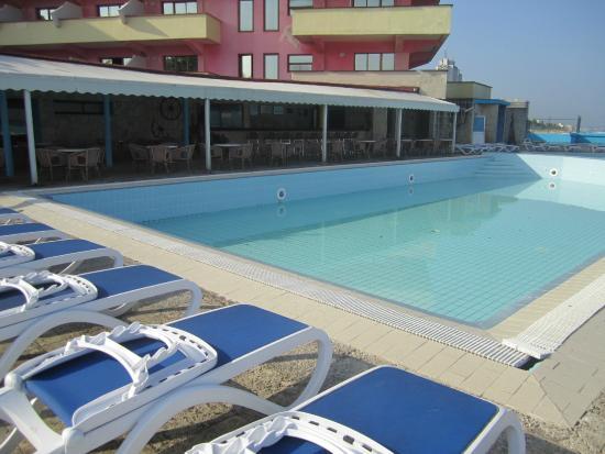 Cubanacan Boutique Chateau Miramar: El área de la piscina es limpia.