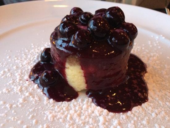 Circa 1918 Kitchen & Bar : Macadamia nut cheesecake w/blueberries
