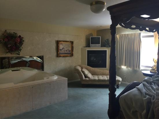 Afton House Inn : Stay overnight in rooms 1 through 8 which are the newest rooms all with a double jucuzzi in the