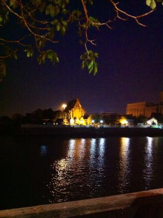 Bann Kun Pra : Blick vom Restaurant auf den gegenüberliegenden Tempel