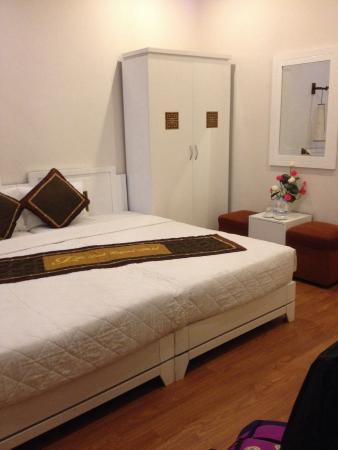 Tu Linh Legend Hotel : Clean rooms. Huge bed.