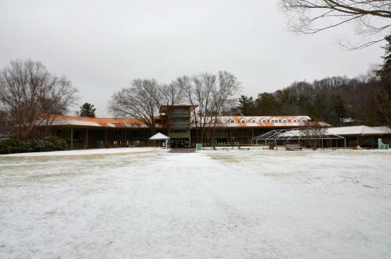 The Waynesville Inn, Golf Resort & Spa : Inn from golf course.