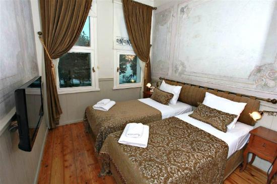 Standart sea view picture of troya hotel balat istanbul for Educa suites balat hotel