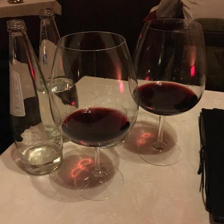 Peccatori di Gola: Huge wine glasses to add wine smell to wine taste