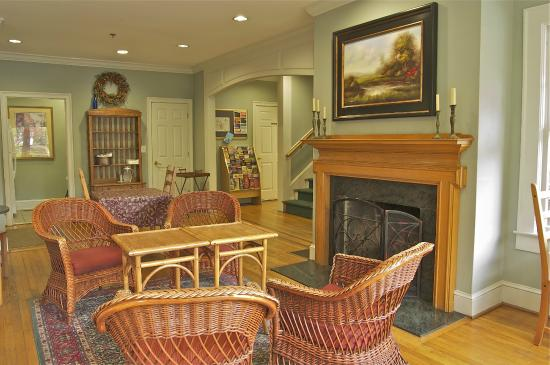 The University Inn at Emory: Lobby with Fireplace