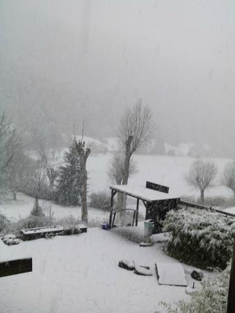 La Lauzetane : vue du lac sous la neige