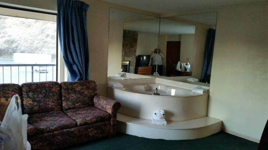 Ramada Pigeon Forge South: Jacuzzi! This room also has a Big bay window behind couch and one at end of couch