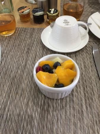 Deighton Lodge: So much choice when it came to breakfast and it was all amazing! (Fruit and honey)