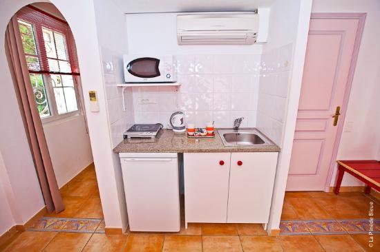 Residence Hoteliere La Pinede Bleue: kitchenette dans la chambre