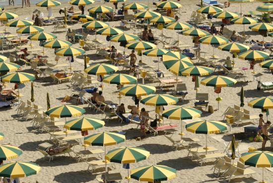 Ampi spazi tra gli ombrelloni picture of bagni zona 26 for Bagni 05 pesaro