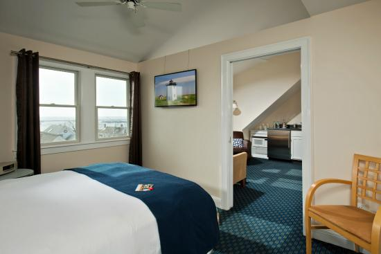 Benchmark Inn : Penthouse with queen size bed and terrific views
