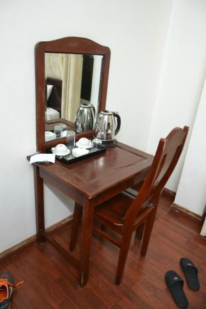 Hoan Kiem Lake Hotel: Столик