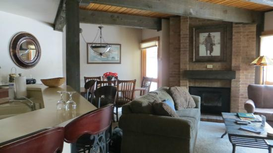 The Lodge At Steamboat: The living and dining room area