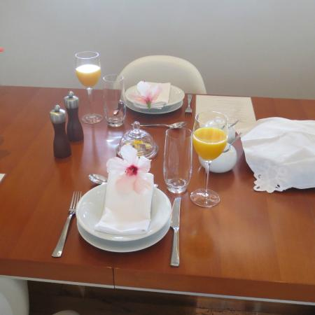 Villa Honeywood Guest House: Breakfest table