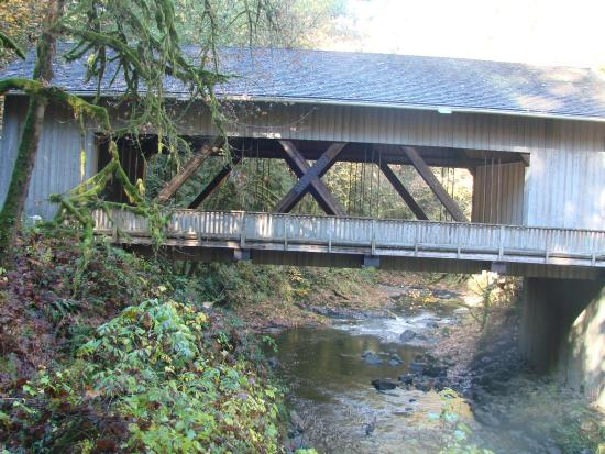 Cedar Creek Grist Mill: Covered bridge near Grist Mill