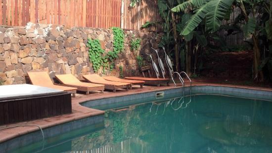 Passaro Suites Hotel: Pileta y reposeras