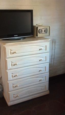 Passaro Suites Hotel: Unico mueble en la habitación además de las mesas de luz