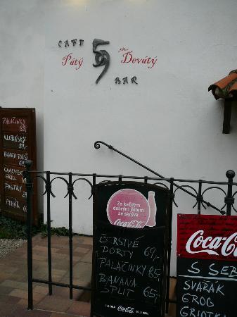 Cafe bar Nad Certovkou: Вход