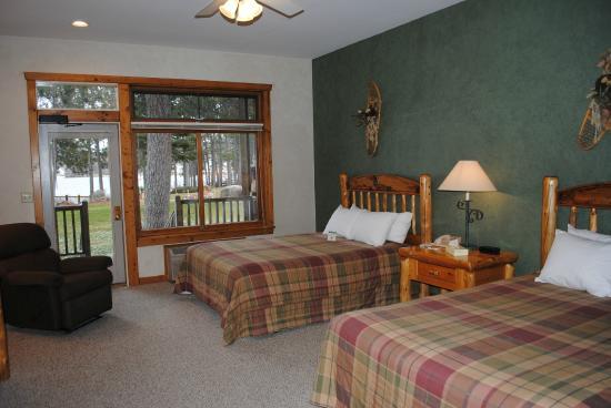 Manhattan Beach Lodge: Double Queen Standard with Deck