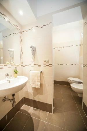 Bagni appena ristrutturati - Picture of Hotel Taormina Riccione ...