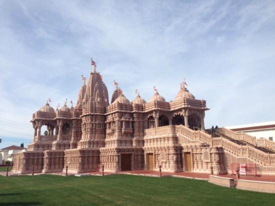 BAPS Shri Swaminarayan Mandir: Outside view