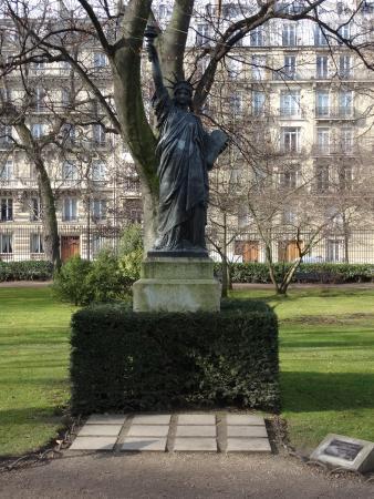 La fontaine photo de jardin du luxembourg paris - Statue de la liberte jardin du luxembourg ...
