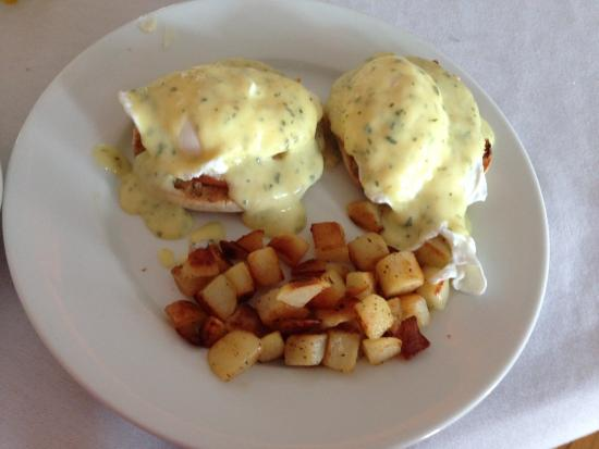 Maple House Inn Bed and Breakfast: eggs benedict
