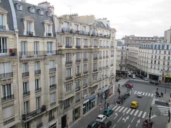 La vue du lit double sur un vieuc frigo picture of for Bastille hotel