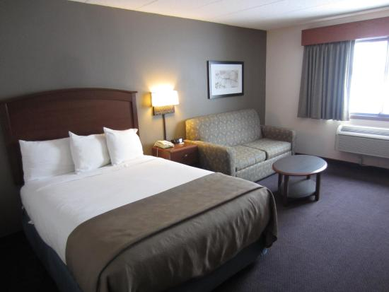 AmericInn Lodge & Suites Hutchinson: Queen Executive Suite West Building