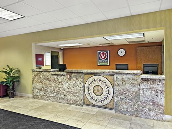 Red Lion Inn & Suites Denver Airport: Front desk