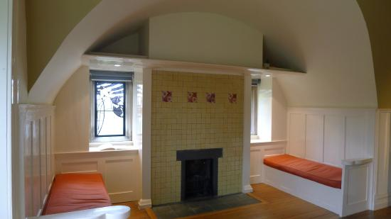 Bowness-on-Windermere, UK: Bedroom fireplace, with De Morgan tiles