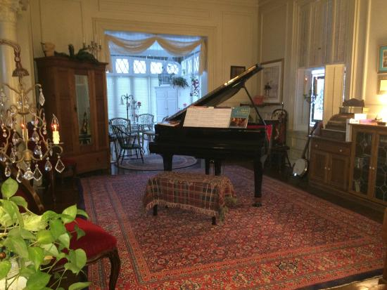 Tuck U Inn at Glick Mansion: Tuck U Inn grand piano