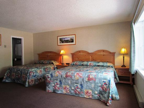 Lake Haven Motel: King & Double bedroom