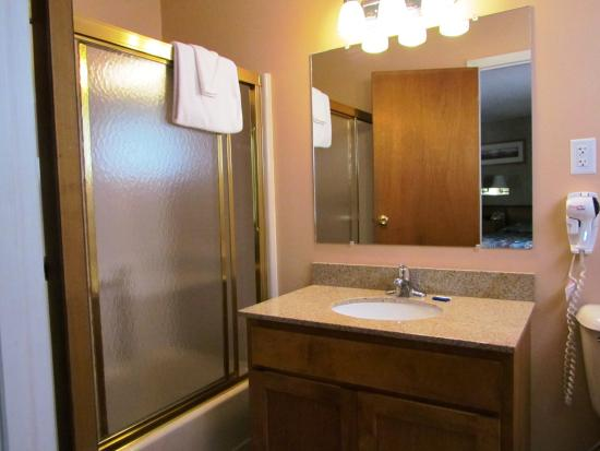 Lake Haven Motel: Tub/Shower Style Bathroom