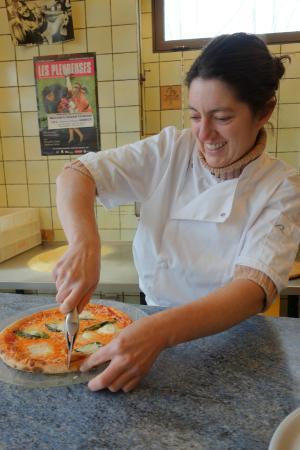 """Giga Pizza: La patronne """"haute en couleurs"""" tranche la pizza !"""