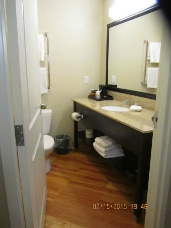 La Quinta Inn & Suites Chambersburg: bathroom area