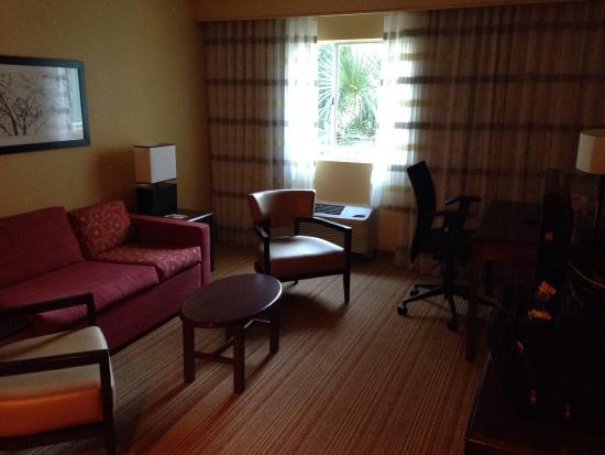 Courtyard Fort Lauderdale North/Cypress Creek: Seating area and desk in 2 room suite