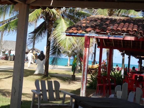 Porto Barracuda: vista em direçao a praia. O restaurante do Joao, eh o da frente tem piscina